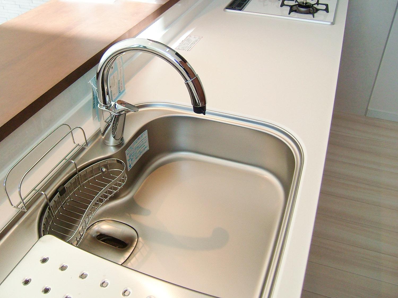 キッチンのR型自動水栓の画像。