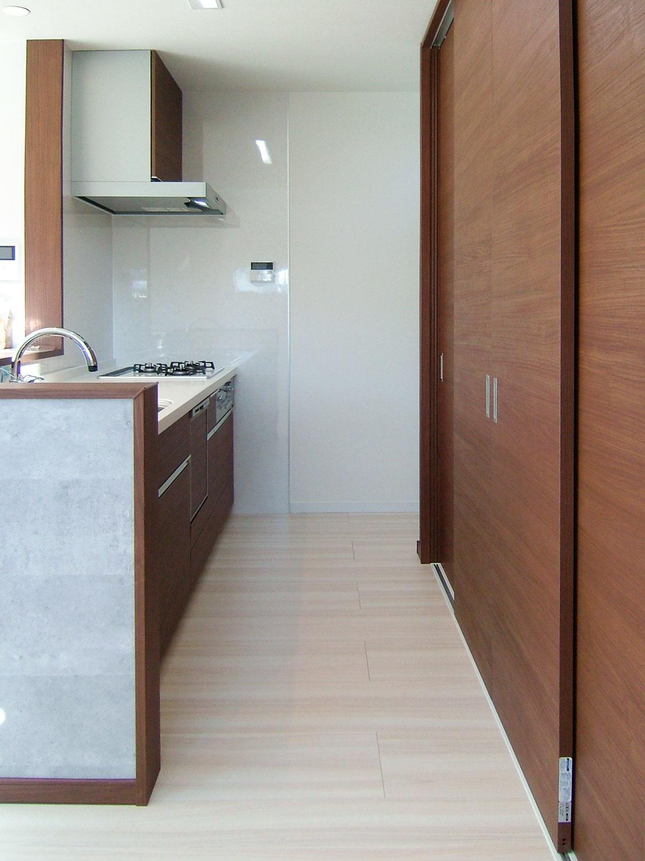キッチンを横から見た画像。大きな収納が頼もしい、すっきりとしたキッチン。