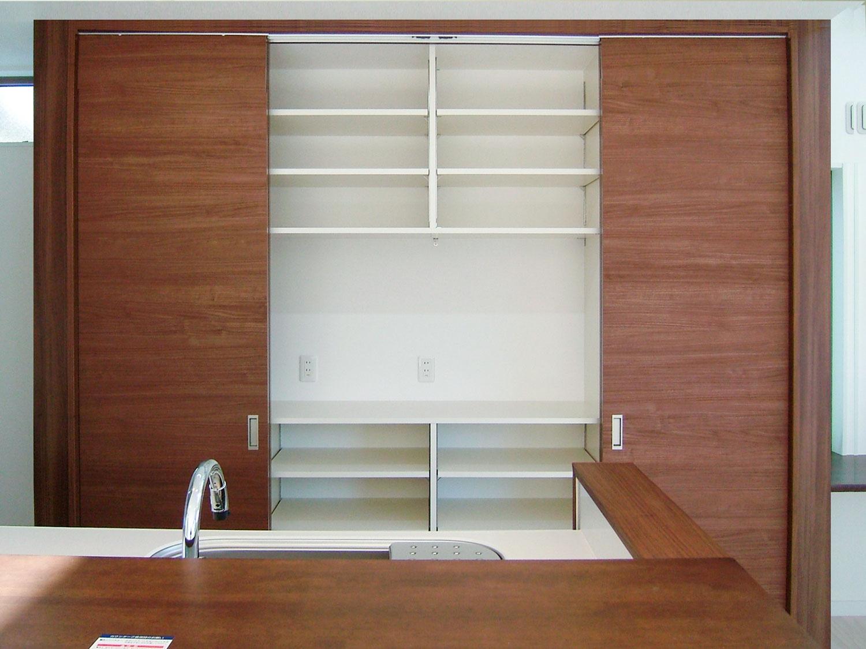 キッチンに作りつけた食器棚の画像。スライドのハイドアでたっぷり収納可能。